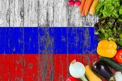 Verse groenten van Rusland op lijst Het koken concept op houten vlagachtergrond royalty-vrije stock afbeeldingen