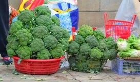 Verse groenten voor verkoop op de straatmarkt Stock Afbeeldingen
