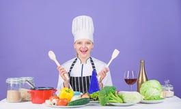 Verse groenteningredi?nten voor het koken van maaltijd Heerlijk receptenconcept Gastronomische hoofdgerechtrecepten Het koken is  stock afbeeldingen