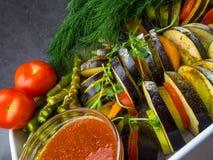 verse groentenratatouille - de traditionele Franse plantaardige schotel van Provencal die in oven wordt gekookt Voedsel van de di royalty-vrije stock foto
