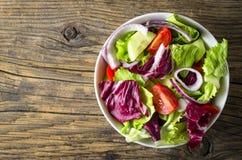 Verse groentensalade op houten lijst Royalty-vrije Stock Foto's