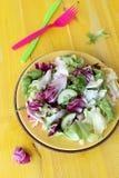 Verse groentesalade in een kom op gele houten stock foto