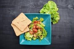 Verse groentesalade, gezond voedsel, tomaten en saladebladeren Gezonde kippensalade met verse groenten Royalty-vrije Stock Afbeelding