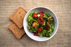 Verse groentesalade, gezond voedsel, tomaten en saladebladeren Gezonde kippensalade met verse groenten Stock Foto's