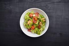Verse groentesalade, gezond voedsel, tomaten en saladebladeren Gezonde kippensalade met verse groenten Royalty-vrije Stock Fotografie