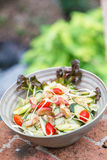 Verse groentesalade in kom stock afbeelding