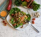 Verse groentesalade met knapperige croutons en Franse vulling stock foto's