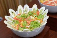 Verse groentesalade met komkommer stock afbeeldingen
