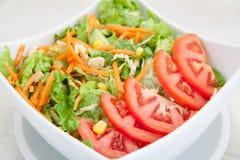 Verse groentesalade met tomaten en wortelen Stock Foto