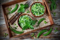 Verse groentesalade met witte kool, groene erwten en munt Royalty-vrije Stock Foto's