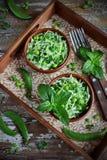 Verse groentesalade met witte kool, groene erwten en munt Royalty-vrije Stock Foto