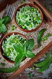 Verse groentesalade met witte kool, groene erwten en munt Royalty-vrije Stock Fotografie