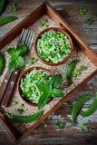 Verse groentesalade met witte kool, groene erwten en munt Stock Afbeelding