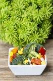 Verse groentesalade in witte kom stock afbeelding