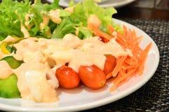 Verse groentesalade in witte plaat Stock Fotografie