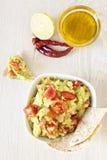 Verse guacamole met tomaten stock fotografie