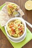 Verse guacamole met tomaten stock afbeeldingen