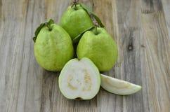 Verse guavebesnoeiing half op houten lijst stock afbeeldingen
