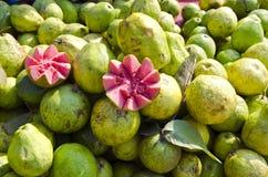 Verse guavevruchten in straatmarkt Delhi, India Stock Afbeelding