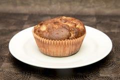 Verse hand - gemaakte muffins op donkere houten achtergrond Stock Afbeeldingen