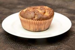Verse hand - gemaakte muffins op donkere houten achtergrond Stock Fotografie