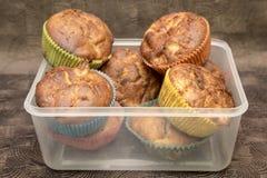 Verse hand - gemaakte muffins in transparante doos op donkere houten achtergrond Royalty-vrije Stock Afbeelding