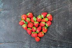 Verse het hartvorm van de aardbeienserie op oude houten achtergrond Royalty-vrije Stock Foto