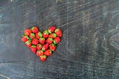Verse het hartvorm van de aardbeienserie op oude houten achtergrond Royalty-vrije Stock Afbeelding