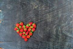 Verse het hartvorm van de aardbeienserie op oude houten achtergrond Stock Foto