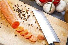 Verse het landbouwbedrijf multi-hued geplukte wortelen en vers knoflook stock fotografie