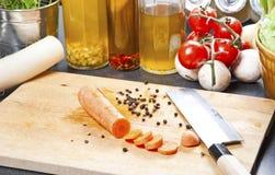Verse het landbouwbedrijf multi-hued wortelen en vers die knoflook van worden geplukt stock foto