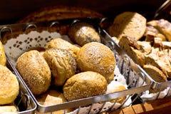 Verse hete gistbroodjes met witte papaverzaden royalty-vrije stock afbeeldingen