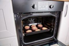 Verse hete kalfsvleeskotelet in fillodeeg in de oven stock afbeelding