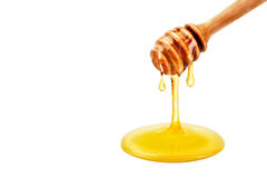 Verse honing die van een lepel druipen Op een witte achtergrond stock foto
