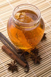 Verse honing met honingraat en kruiden Royalty-vrije Stock Foto