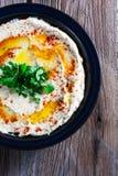 Verse hummus met peterselie Stock Fotografie