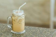 Verse ijskoffie in groot glas met stro Royalty-vrije Stock Foto