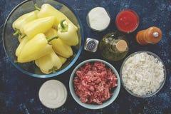 Verse ingrediënten voor het koken van eigengemaakte gevulde peper op keukenlijst Royalty-vrije Stock Fotografie