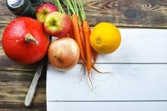 Verse ingrediënten voor pompoen soep met appel, sinaasappel, wortel Royalty-vrije Stock Foto's