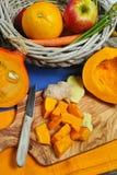 Verse ingrediënten voor pompoen soep met appel, sinaasappel, wortel Royalty-vrije Stock Foto