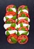 Verse Italiaanse caprese salade met mozarella en tomaten Stock Foto's