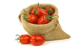 Verse Italiaanse pomodoritomaten in een jutezak Stock Foto