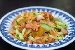 Verse Jordanian Tomaat, wortel en Komkommersalade stock fotografie
