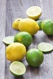 Verse kalk en citroen voor het voorbereiden van mojito Stock Foto