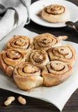 Verse kaneelbroodjes en koffie voor zuidelijke ontbijtlijst Royalty-vrije Stock Foto