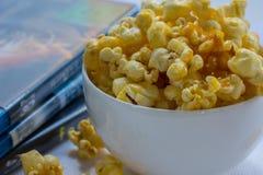 Verse karamelpopcorn met DVD Stock Afbeelding