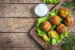 Verse kekers falafel met tzatzikisaus Royalty-vrije Stock Foto's