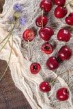 Verse kersen op donkere houten achtergrond De zomer en de oogst bedriegen Royalty-vrije Stock Foto's