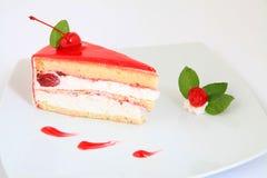 Verse kersencake met een verse kers op bovenkant Stock Afbeelding