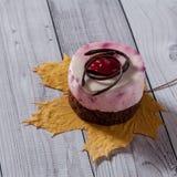 Verse kersencake om vorm op een lichte houten achtergrond Koekjescake op een houten lijst royalty-vrije stock fotografie